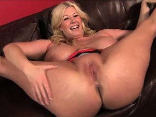 Blonde BBW pornstar Zoey..