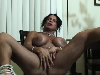 Muscled MILF masturbates..