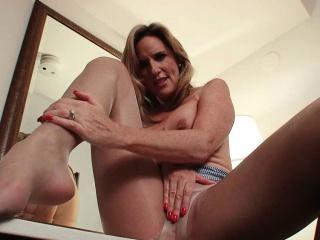 Pantyhose get mom\'s pussy..